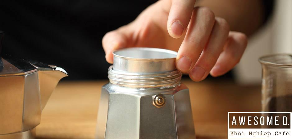 z[khoinghiepcafe.com] Pha cà phê bằng bình Moka 3