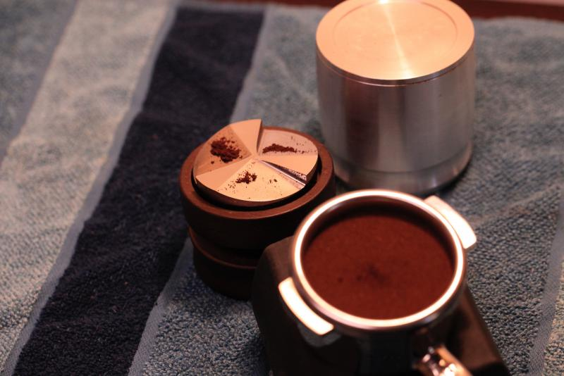 bi quyet pha cafe espresso ngon puck tamper tamper dozer
