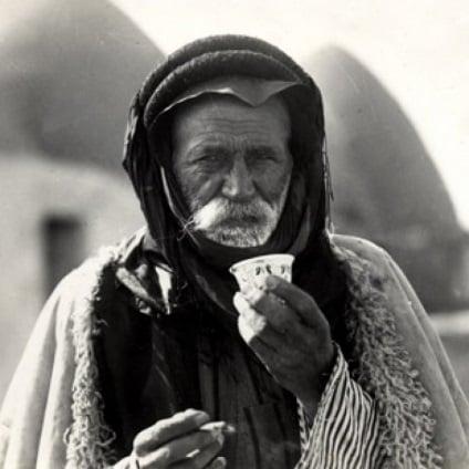 nguon-goc-lich-su-ca-phe-kaldi-coffee-nguoi-dan-ong-syria-uong-cafe