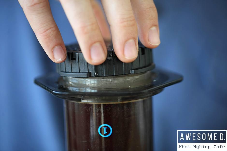 z[khoinghiepcafe.com] Pha cà phê bằng bình AeroPress 12